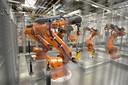 Bij Nedcar in Born zorgen robots juist ook voor nieuw werk. De automaker heeft dit jaar honderden werknemers in dienst genomen.