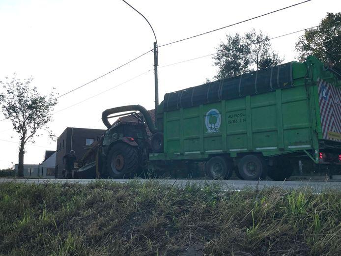 TIEGEM: het linkervoorwiel van de tractor met bermmaaier brak af op de flanken van de Tiegemberg.
