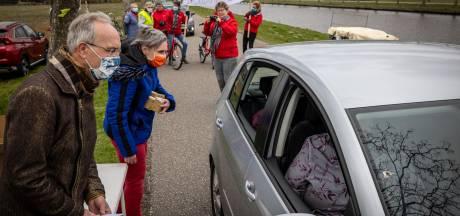 Drukke drive-thru in Giethoorn bij afscheid van de twee huisartsen