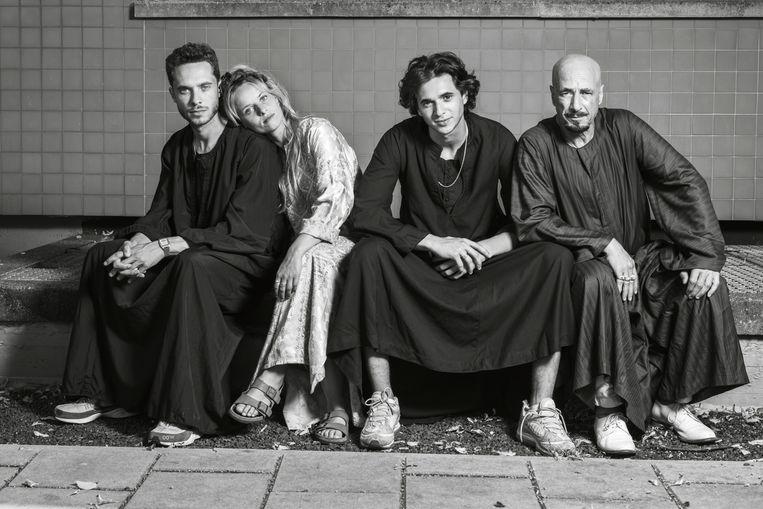 Van links af: regisseur en scenarioschrijver Shady, scenarioschrijver Ashgan, acteur Shahine en vader en acteur Sabri Saad El-Hamus. Beeld Robin De Puy