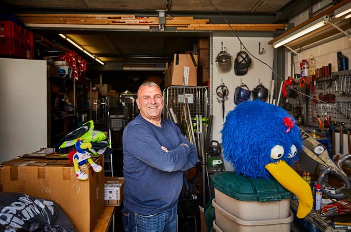 Wiljan Vloet met de mascottes van de Roparun.