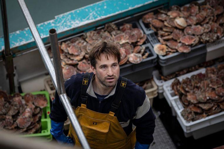 Een Franse visser in de haven van Jersey. De vissers zijn boos over nieuwe, strenge voorwaarden die de Kanaaleilanden aan hen stellen. Beeld Getty Images