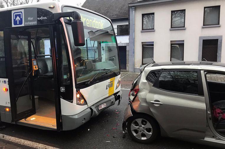 De bus en betrokken auto's raakten beschadigd bij het ongeval.