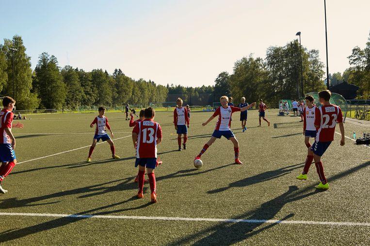 Voetbaltraining in de Noorse hoofdstad Oslo. Sinds 1987 gelden daar strenge regels over wat wel en niet mag in de jeugdsport. De mantra luidt: laat kinderen kinderen zijn, plezier en gezondheid primeren.  Beeld Hollandse Hoogte / Jaco Klamer