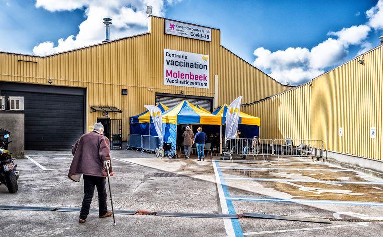 Mensen arriveren aan het vaccinatiecentrum in Molenbeek. Beeld Tim Dirven