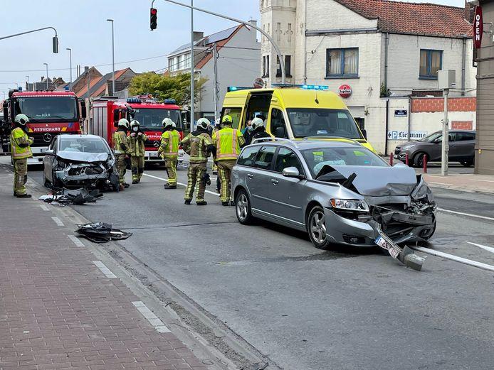 Zowel de Volvo als het autootje van i-Mens raakten door het ongeval op het kruispunt in Desselgem zwaar beschadigd.
