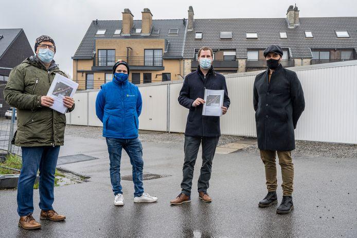 Schepen Meremans en Roggeman kregen van bewoners Jordy Van Praet en David Mariën de petitie met voorstel om de parkeerproblematiek in de Kier en omgeving op te lossen overhandigd.