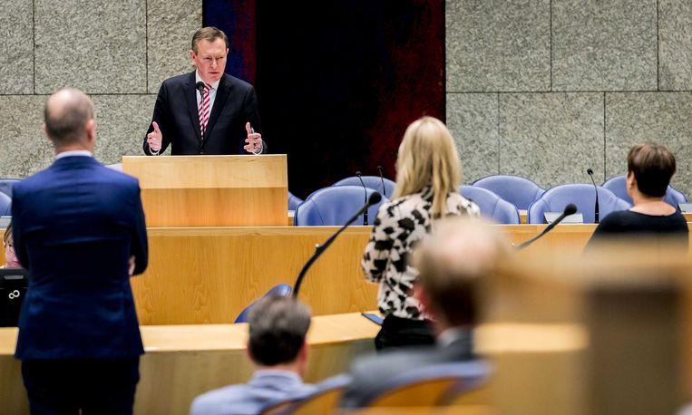 Bruno Bruins, minister voor Medische Zorg, tijdens het Tweede Kamerdebat over het faillissement van de IJsselmeerziekenhuizen en het Slotervaartziekenhuis.  Beeld ANP