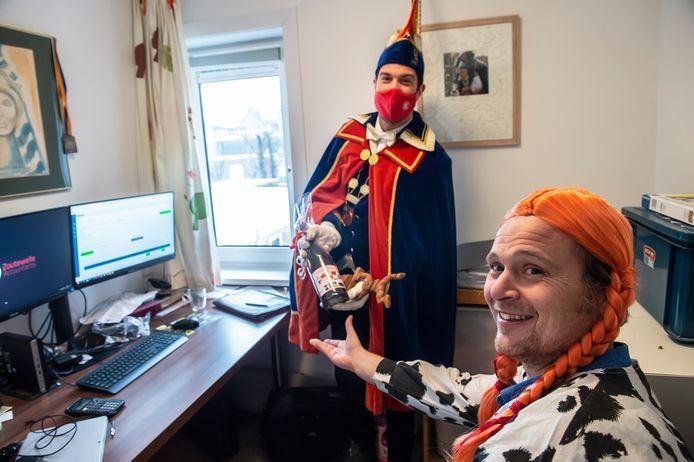 Prins Thomas III van Stijlorenrijk bezoekt Richard van den Broek die verkleed aan het thuiswerken is en geeft hem een fleske.  De leutvorst heeft ook in dit coronajaar een behoorlijk vol programma.