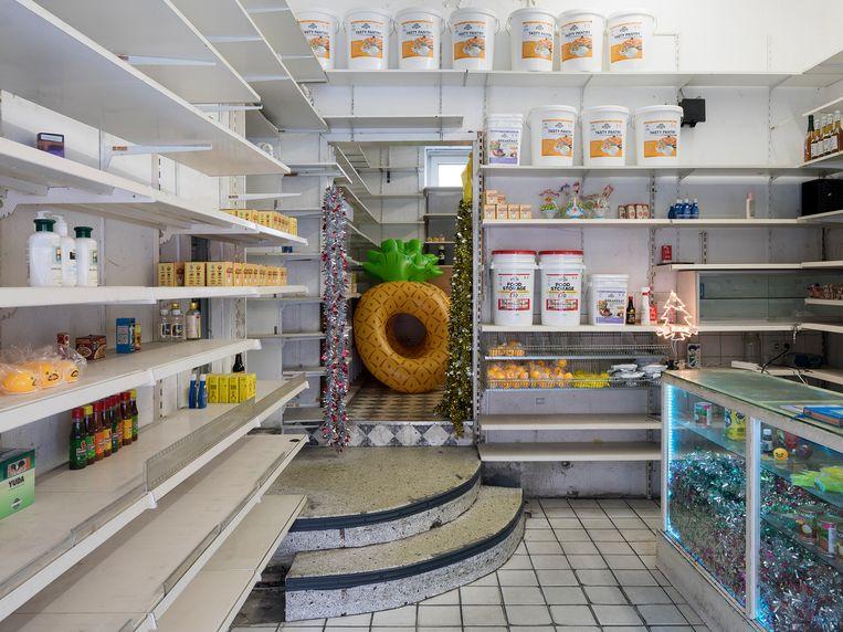 In een Aziatische winkel, die sinds de crisis leegstaat, toont de Argentijnse kunstenaar Mika Rottenberg haar video 'Cosmic Generator'.  Beeld RV - Henning Rogge