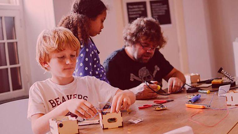 Maakplaats 021 wil kinderen laten werken met moderne apparatuur Beeld Waag Society