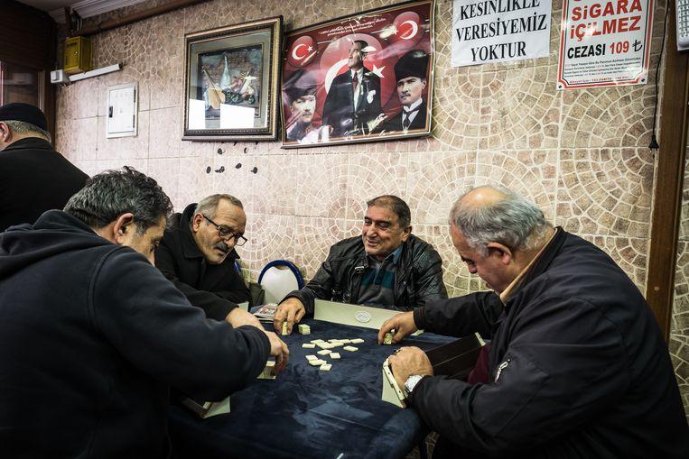 Cafetaria in Küçük Armutlu. De commercie wordt in de wijk geweerd.  Beeld Zolin Nicola