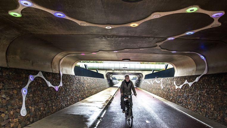 Het RijnWaalpad onder de A15. De ledverlichting, geïnspireerd op een fietsketting, is ontworpen door Ateliereen Architecten. Beeld raymond rutting