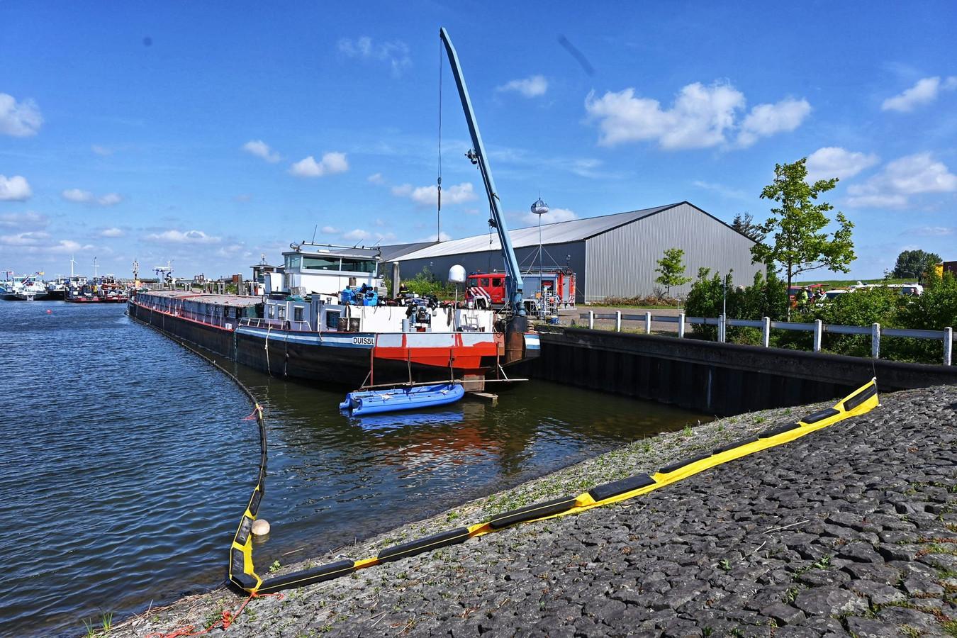 Het drugsschip in de haven van het dorp Moerdijk.
