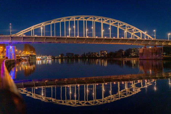 De John Frostbrug in Arnhem wordt uitgelicht in het geel als eerbetoon aan de bekerfinale die Vitesse op 18 april speelt.