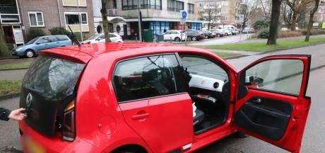 Bestuurder negeert stopteken en scheurt met rood autootje door Den Haag, met politie achter zich aan