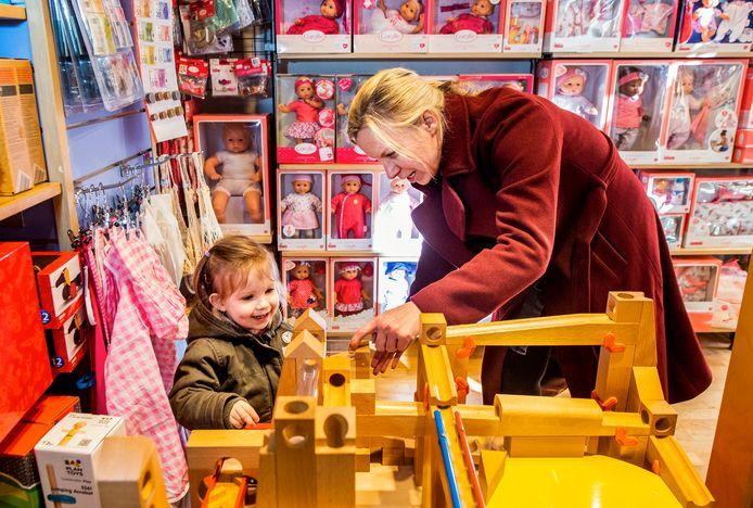 Speelgoedwinkel Carrabas aan de Jonker Fransstraat heeft geen last van de problemen die Intertoys de das om heeft gedaan. Voor Elin (2,5) brengt de winkel met veel plezier een bezoek.