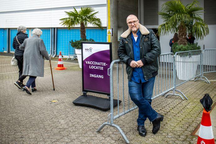 Gerrit Krul (67) bij de ingang van de vaccinatielocatie bij de Jaarbeurs.