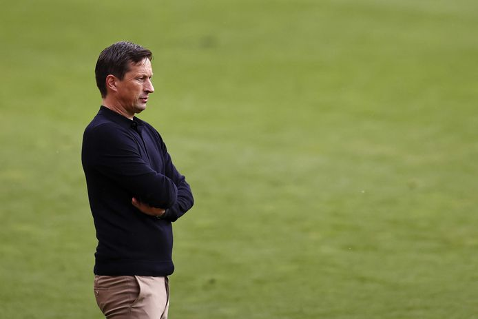 Roger Schmidt kijkt hoe PSV het tegen PEC Zwolle doet. Een 4-2 overwinning lijkt genoeg voor de Champions League-voorrondes in het volgende seizoen.