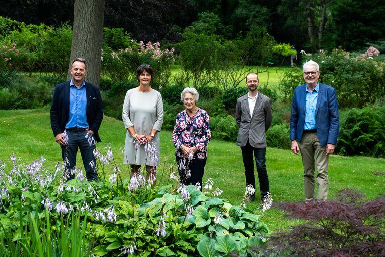 Het Arboretum Kalmthout breidt uit met ruim één hectare. Vlnr: Guy Hubens, Vera Hubens, Sonia Van Laethem, Bram Rammeloo en Jan De Haes.