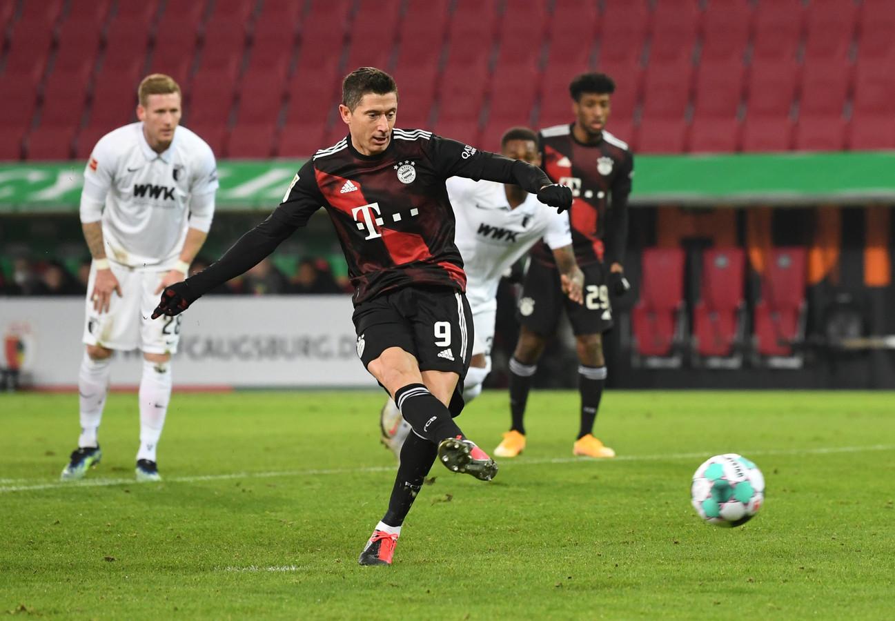 Robert Lewandowski schiet na 13 minuten raak tegen FC Augsburg.
