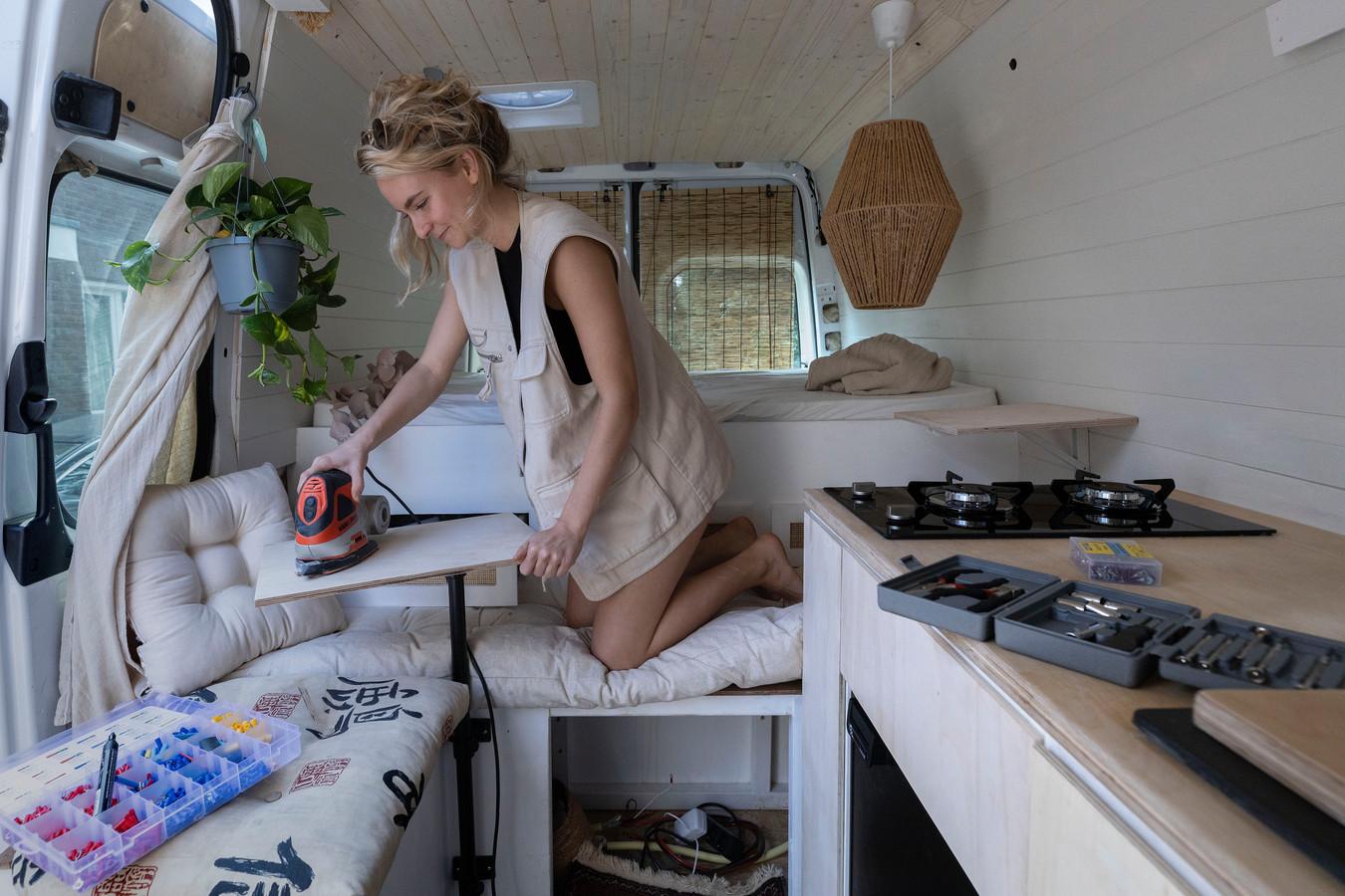 Lisa van Kaathoven staat op punt van vertrek: ze heeft haar bus omgebouwd tot duurzame camper en trekt de wijde wereld in.