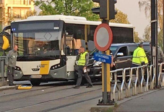 De buschauffeur raakte gewond aan de arm.