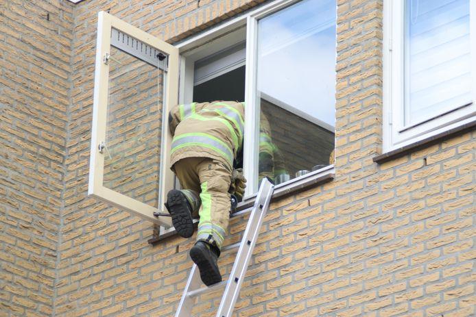 Brandweer klimt door raam om vrouw te bevrijden