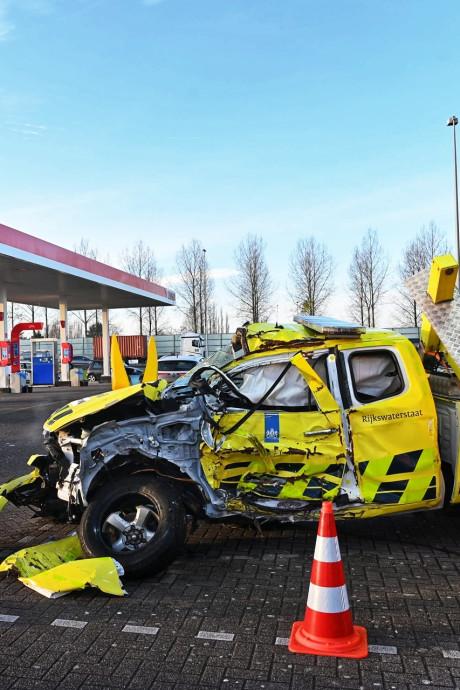 Deze gehavende auto van Rijkswaterstaat staat niet voor niks langs de A16