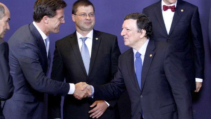 Premier Rutte (links) schudt de hand van voorzitter van de Europese Commissie Barroso, eind juni van dit jaar in Brussel.