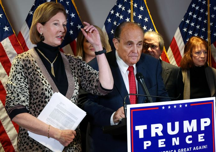 De aan Trump gelieerde advocaten Sidney Powell en Rudy Giuliani worden ook voor de rechter gesleept.