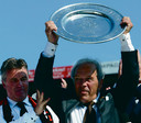 Guus Hiddink en Harry van Raaij tonen de kampioensschaal na het seizoen 2002/2003.