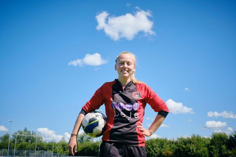 Ellen Fokkema  mocht dit seizoen al uitkomen in het eerste mannenelftal van Foarút in Menaam (Friesland) in de vierde klasse. Beeld Sjaak Verboom