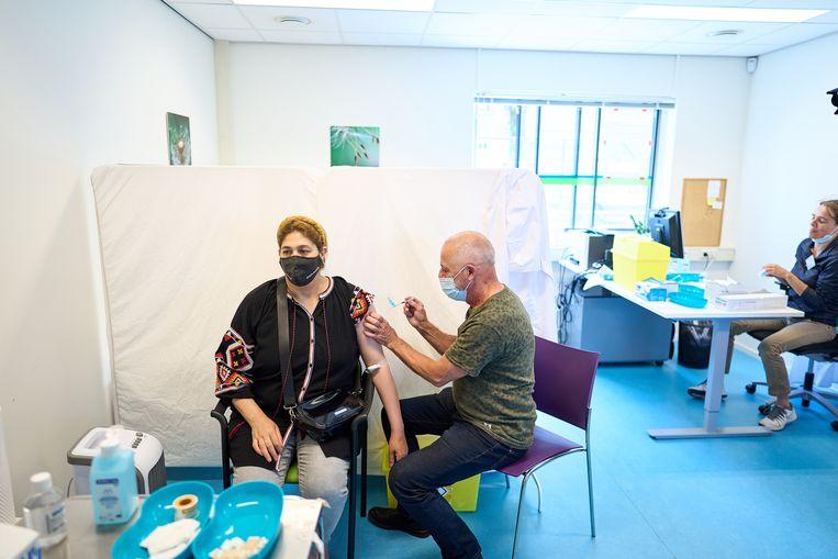 De GGD Haaglanden gaat wijkgericht vaccineren in Den Haag. Deze laagdrempelige aanpak moeten twijfelende doelgroepen over de streep trekken. Vooralsnog trekt het vooral studenten aan die snel gevaccineerd willen worden. Beeld Phil Nijhuis