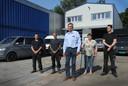 Karel Hofman (midden) voor de nieuwe bedrijfshal met achter hem de teamleden van het Autobedrijf (vlnr) Bryan, Rudy, Jacqueline en Vincent.