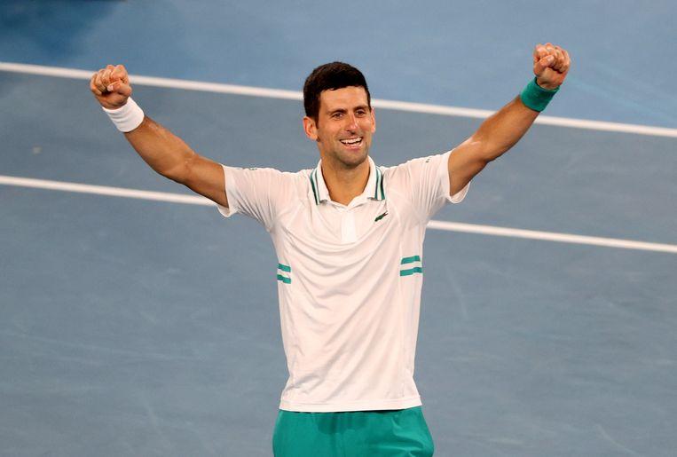 Novak Djokovic viert zijn winst in de finale van de Australian Open.  Beeld REUTERS