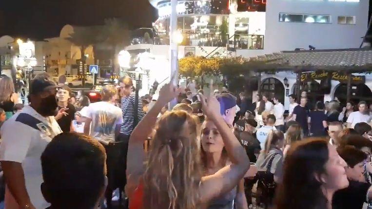 In juli van vorig jaar werden de coronaregels niet echt nauw gerespecteerd in Albufeira. Enkele honderden Nederlandse jongeren kwamen er toen samen om te feesten. In september keerden 80 Vlaamse jongeren dan weer terug met een positieve coronatest. Beeld YouTube