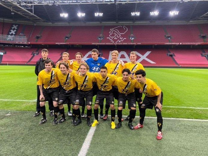 Het 'NAC-elftal' met rechtsboven Michiel Kuipers.