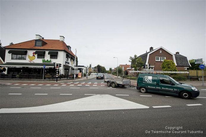 Het kruispunt midden in het dorp waar ook de weg uit Albergen op uitkomt.