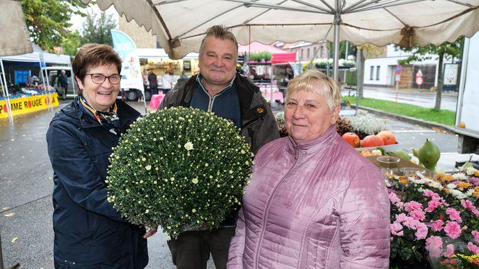 Bloemist Ghislain, hier op foto met klanten Anne-Marie Frayman (links) en Jeannette Deloose, op de markt in Rollegem.