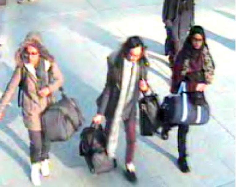 Drie Britse tieners op weg naar Syrië om daar met IS te strijden. Twee meisjes zijn vijftien jaar, een ander is zestien jaar oud. Beeld