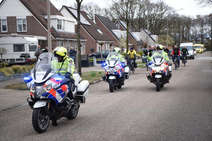 Motorrijders van de politie voeren de stoet aan.