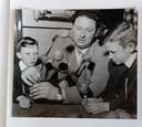 Onder het motto: je moet het niet moelijker maken dan het is. Frans Cools legt aan de keukentafel met enkele vorken en aardappelen aan z'n zonen uit hoe het Atomium er zal uitzien.