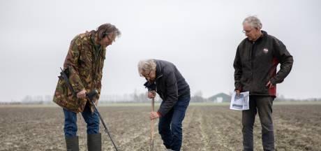 Luitzen Bijlsma vond tien boutjes op akker in Nieuwerkerk: het kan hét bewijs van de noodlanding van Bernard Black zijn