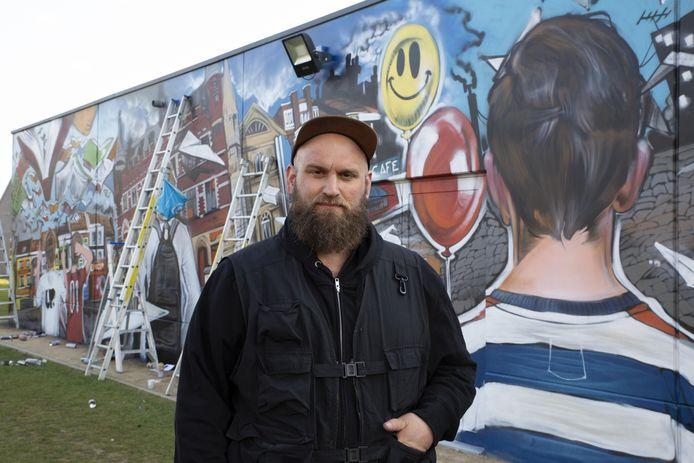 Klaas Van der Linden bij zijn kunstwerk.