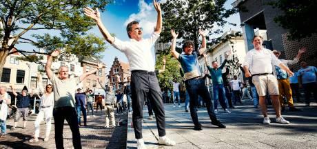 Dennis van Aarssen en Utrechtse horeca zingen kippenvelsong 'That's life' omdat ze weer open mogen