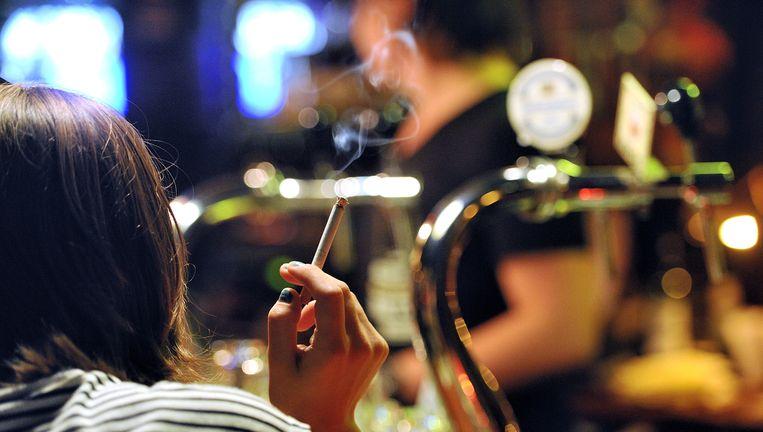 Een roker in een café Beeld null