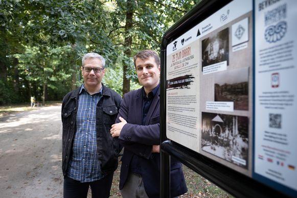 Oorlogskenner Wim Govaerts en schepen Rik Verwaest bij één van de infoborden ter herdenking van 75 jaar bevrijding.