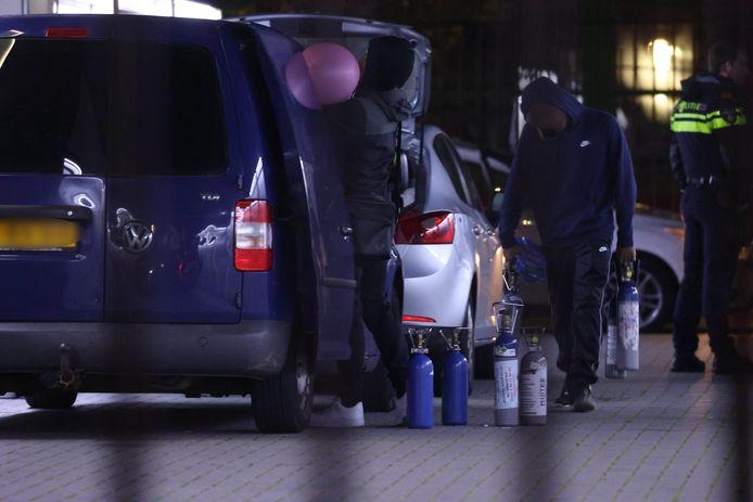 De politie controleert de inzittenden van een auto, die ondertussen ballonnen met lachgas bleven gebruiken.