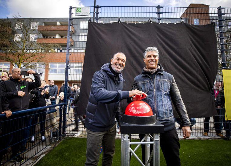 Ruud Gullit (l) met Frank Rijkaard bij de opening van een Cruyff Court, eerder dit jaar in Amsterdam.  Beeld EPA